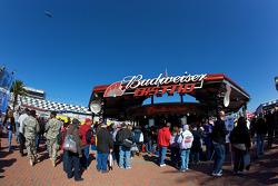 Fans bij de Budweiser Bistro in de fanzone