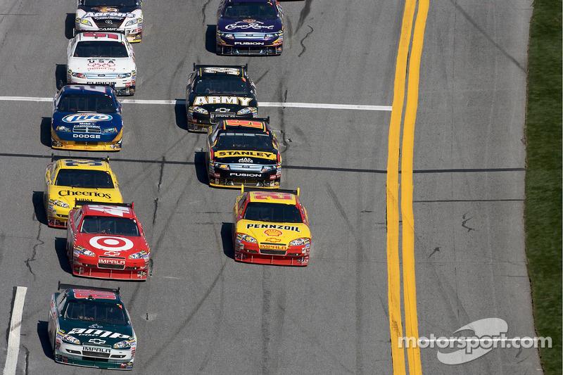 Dale Earnhardt mène la course