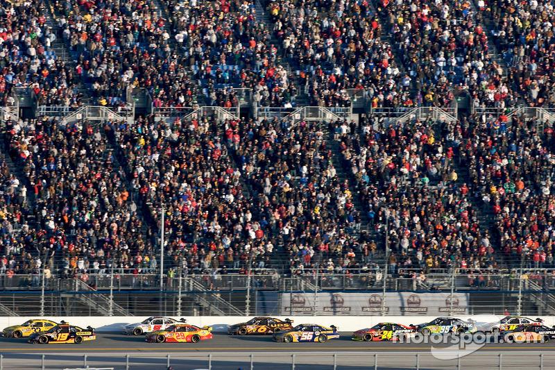 Clint Bowyer, Richard Childress Racing Chevrolet en Elliott Sadler, Richard Petty Motorsports Ford vechten om de leiding in de wedstrijd