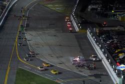 Reddingsteam werkt aan wagen Robby Gordon, Robby Gordon Motorsports Toyota
