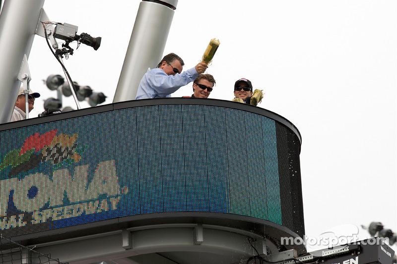Inauguration de la nouvelle cabine du starter avec Rabin Braig (Président du Daytona International Speedway), Alex gurney et Jimmie Johnson