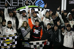 Victory lane: race winnaar Timothy Peters