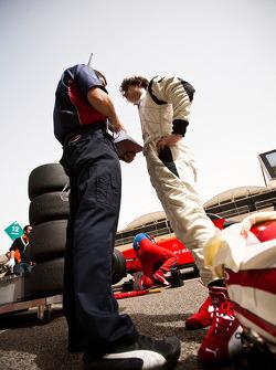 Javier Villa sur la grille de départ avec son ingénieur