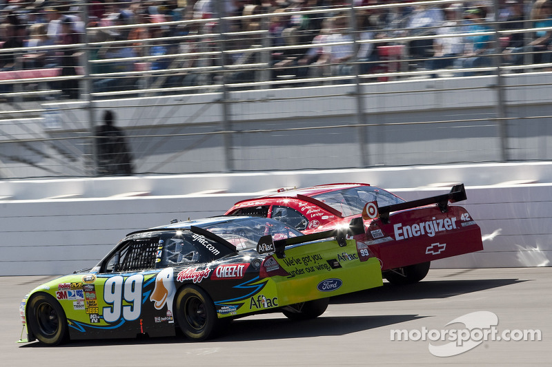 Carl Edwards, Roush Fenway Racing Ford en Juan Pablo Montoya, Earnhardt Ganassi Racing Chevrolet