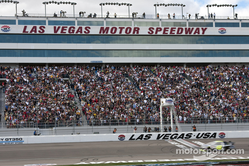 Jimmie Johnson, Hendrick Motorsports Chevrolet passe la ligne d'arrivée