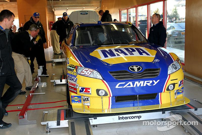 Auto van Martin Truex Jr., Michael Waltrip Racing Toyota bij de technische keuring