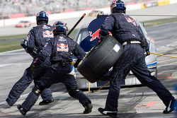 Arrêt aux stands pour Scott Speed, Red Bull Racing Team Toyota