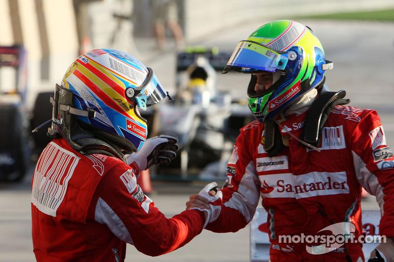 Переможець Фернандо Алонсо, Scuderia Ferrari, вітає другого призера Феліпе Массу, Scuderia Ferrari