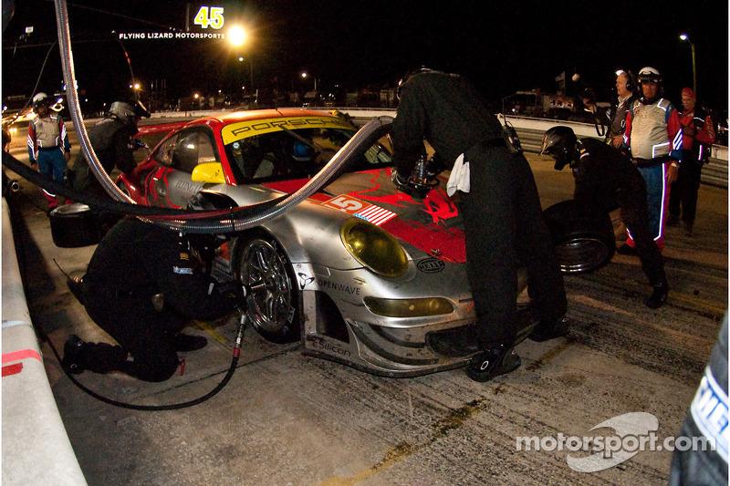 Pit stop de Jorg Bergmeister, Patrick Long et Marc Lieb (Porsche 911 GT3 RSR N°45)