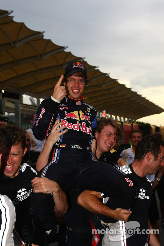 Race winnaar Sebastian Vettel, Red Bull Racing viert met team