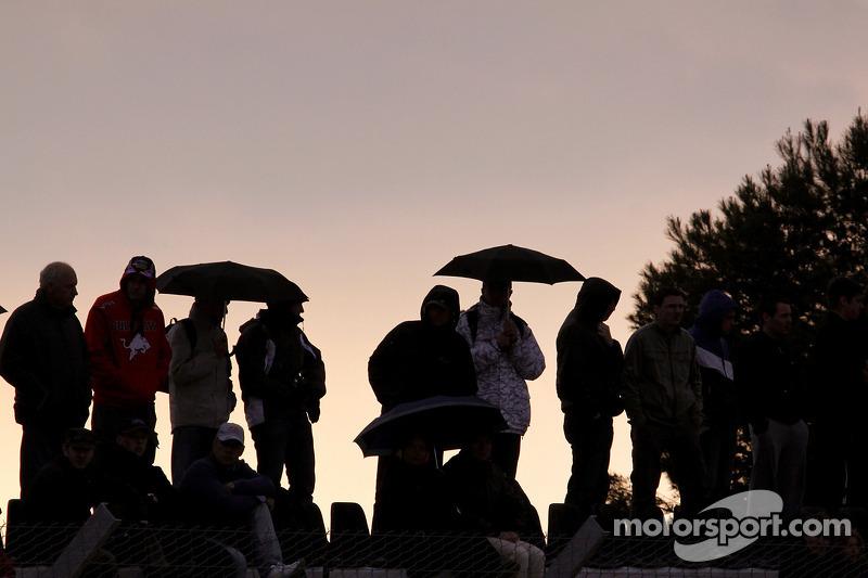 Les fans regardent la fin de la course