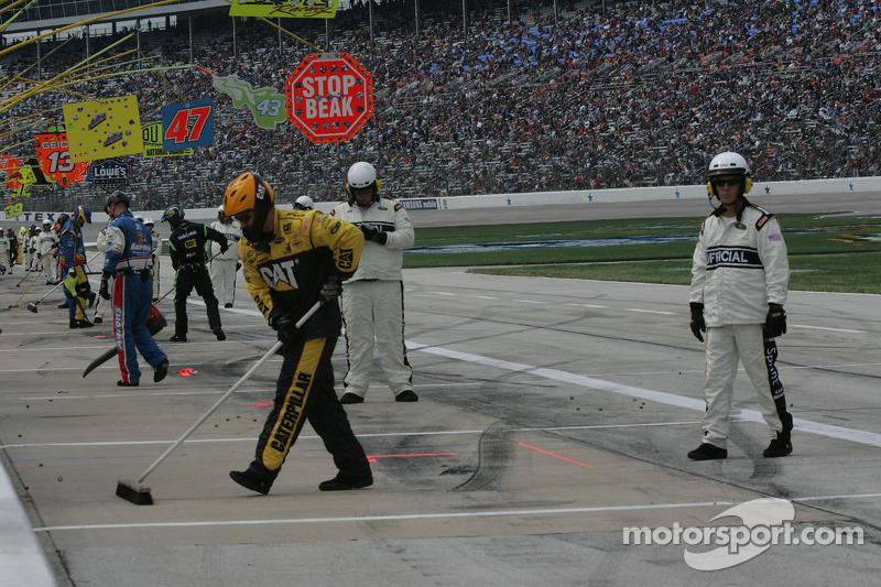 Teams ruimen op na de pitstops