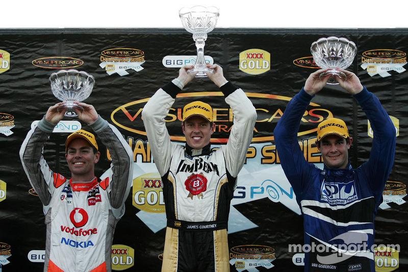 Podium: Craig Lowndes, #888 TeamVodafone 2de, James Courtney, #18 Jim Beam Racing 1ste en Shane van Gisbergen, #9 SP Tools Racing 3de