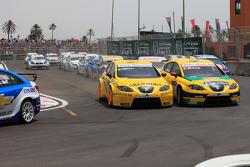 Start: crash Michel Nykjer, Sunred Engineering Development, Seat Leon 2.0 en Jordi Gene, SR - Sport, Seat Leon 2.0 TDI