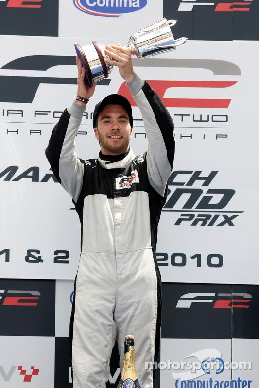 Philipp Eng viert overwinning op het podium