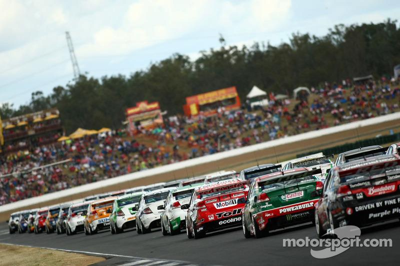Auto's bereiden zich voor op de opwarmronde voor de start van race 10 van het 2010 V8 Supercar kampi
