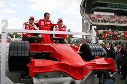 Felipe Massa, Scuderia Ferrari met Stefano Domenicali Ferrari General Director en Fernando Alonso, Scuderia Ferrari met nieuwe Ferrai Roller Coaster die de snelste achtbaan ter wereld word met een snelheid van 240 kph, in Abu Dhabi