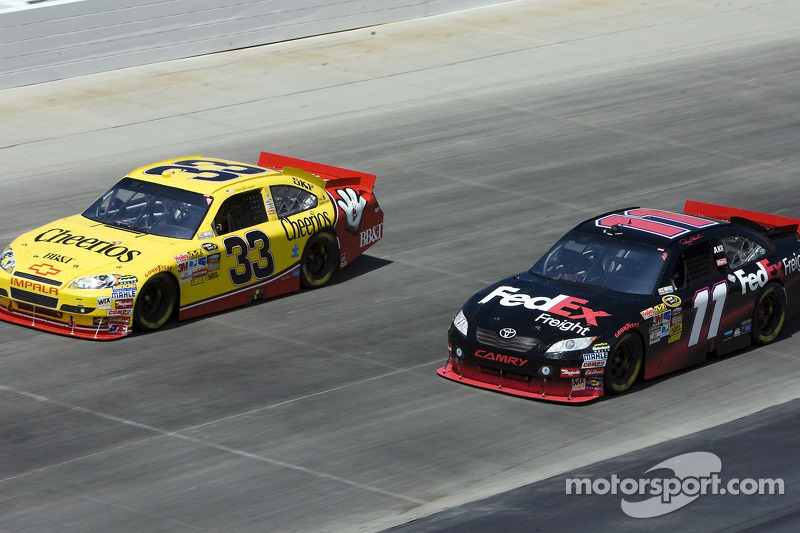 Clint Bowyer, Richard Childress Racing Chevrolet en Denny Hamlin, Joe Gibbs Racing Toyota