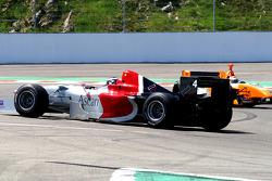 Spinning: #4 Johnny Laursen, Ascari Benetton B197 F1