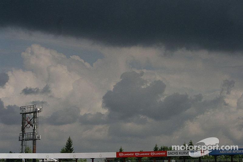 Wolken boven de tribunes