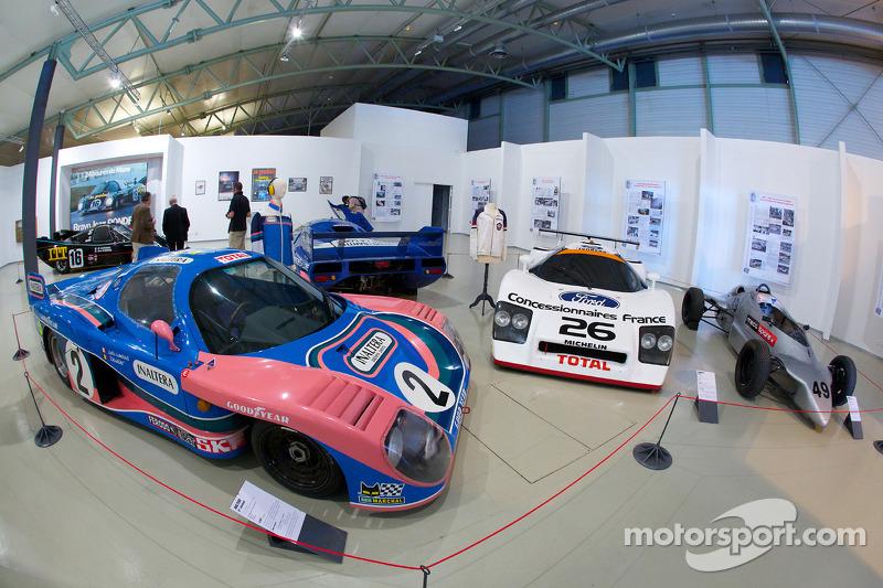 Ceremonie voor het herdenken vanJean Rondeau en Jean-Pierre Jaussaud van de 1980 24 Hours of Le Mans: Rondeau auto's op display