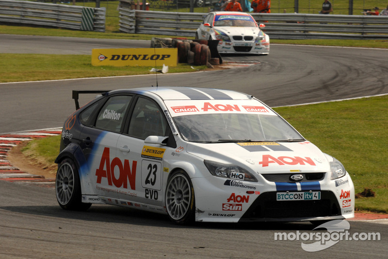 Tom Chilton voor Mat Jackson