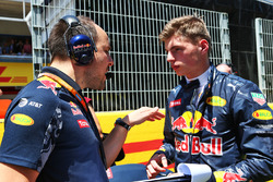 Max Verstappen, Red Bull Racing met engineer Gianpiero Lambiase, op de grid