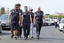John Booth, Toro-Rosso-Renndirektor, und Carlos Sainz Jr., Scuderia Toro Rosso, beim Trackwalk