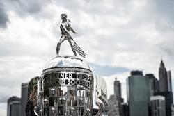 Borg-Warner-Trophy vor der Skyline von New York City
