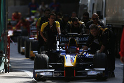 DAMS mechanics push the car of Alex Lynn