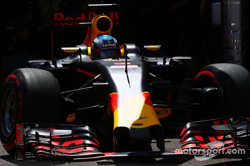 Daniel Ricciardo, Red Bull Racing RB12 lascia il box