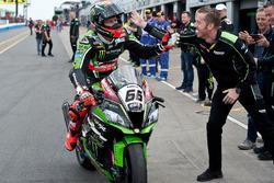 Tom Sykes, Kawasaki Racing Team, fête sa victoire en Course 1 avec son ingénieur, Marcel Duinker