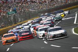 Start: Erik Jones, Joe Gibbs Racing Toyota memimpin