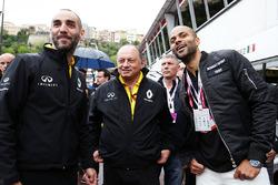 Cyril Abiteboul, Renault Sport F1 Geschäftsführer, Frederic Vasseur Renault Sport F1 Teamchef, und Tony Parker, Basketballspieler