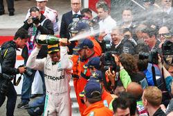 Il vincitore della gara Lewis Hamilton, Mercedes AMG F1 festeggia con lo champagne sul podio