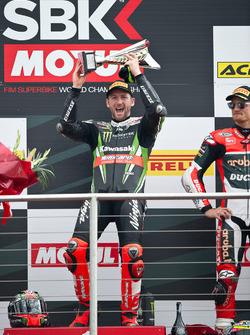 Tom Sykes Kawasaki Racing Team en el podio