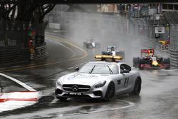 Даниэль Риккардо, Red Bull Racing RB12 едет за машиной безопасности FIA