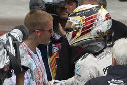 Sieger Lewis Hamilton, Mercedes AMG F1, und Justin Bieber, Sänger
