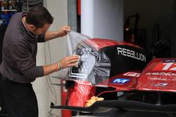 #12 Rebellion Racing Rebellion R-One AER, meccanico al lavoro