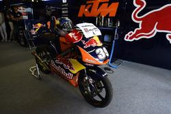 Box von Red Bull KTM mit dem alten Motorrad von Luis Salom