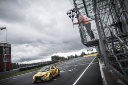 Габриэле Тарквини, Lada Vesta финиширует в гонке на первом месте
