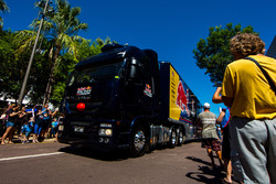 Red Bull Racing Australia transporter saat parade