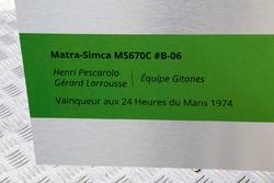 Motorsport.com-Technikexperte Giorgio Piola übergibt seine Zeichnung des Matra-Simca MS670C von 1974 an Henri Pescarolo