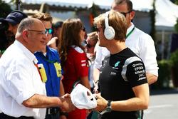(Ki ke Ka):Pat Behar, FIA bersama Nico Rosberg, Mercedes AMG F1 di drivers parade