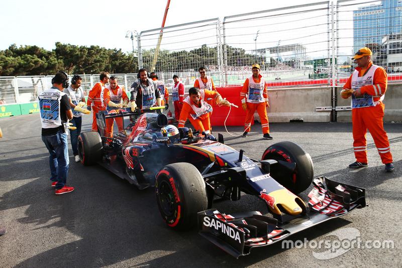 Карлос Сайнс мл., Scuderia Toro Rosso STR11 сходит с гонки