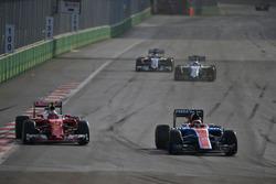 Kimi Räikkönen, Ferrari SF16-H, und Pascal Wehrlein, Manor Racing MRT05, im Positionskampf