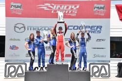 Podium: peringkat kedua Dean Stoneman, Andretti Autosport, juara lomba Zach Veach, Belardi Auto Racing, peringkat ketiga Felix Serralles, Carlin