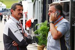 Гюнтер Штайнер, руководитель Haas F1 Team и Марио Изола, гоночный менеджер Pirelli