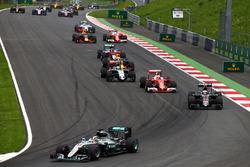 Lewis Hamilton, Mercedes AMG F1 W07 Hybrid führt  beim Start zum Rennen