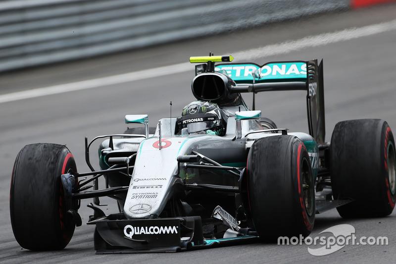 Nico Rosberg, Mercedes AMG F1 rueda dañado en la pista